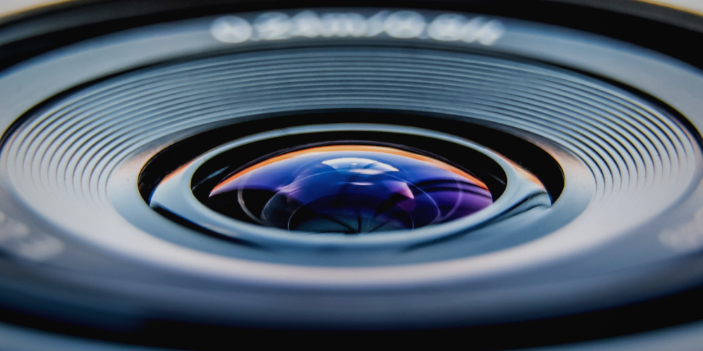 a camera lens in zoom