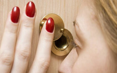 How Does a Reverse Peephole Viewer Work?